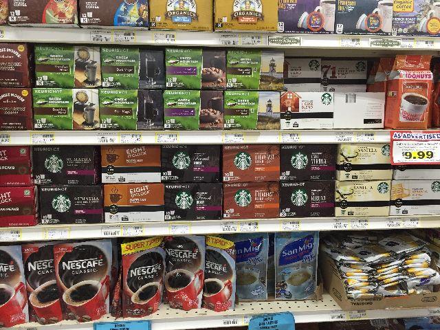 グアムのペイレススーパーマーケットにならぶスターバックスのコーヒー