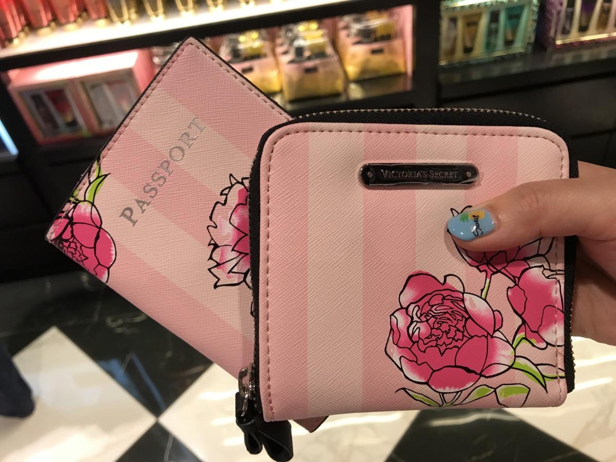 ビクトリアシークレットのパスポートケースとお財布