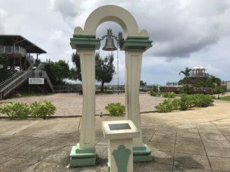 グアムの恋人岬にある幸せの鐘